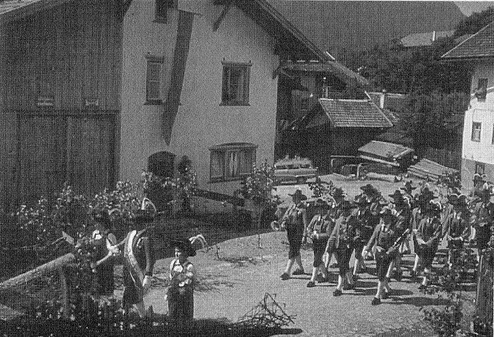 Prozession am Dorfplatz 1960 2